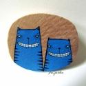 Kék macskás kitűző, Ékszer, óra, Bross, kitűző, Ékszerkészítés, Festett tárgyak, Fából készült kitűző, akrilfestékkel festve, vízálló lakkal fixálva.  Mérete: kb. 4*3 cm.   Budapes..., Meska