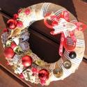 Karácsonyi ajtódísz a klasszikus stílus kedvelőinek! :-), Dekoráció, Karácsonyi, adventi apróságok, Ünnepi dekoráció, Karácsonyi dekoráció, Virágkötés, Egyedi ajtódísz klasszikus stílusban. :-)  A szalma alapot zsákkal és mintás textilszalaggal vontam..., Meska