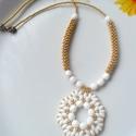 Fehér-arany nyaklánc, Esküvő, Ékszer, óra, Nyaklánc, Esküvői ékszer, Ékszerkészítés, Fehér superduoból és üveggyöngyből fűzött medál arany cseh kásagyönggyel.Nyaklánc hossza:24cm, Meska