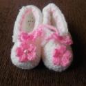 fehér horgolt babacipő, Baba-mama-gyerek, Ruha, divat, cipő, Cipő, papucs, Gyerekruha, Horgolás, Baba-akril fonalból készült kiscipő, melyet rózsaszín virággal és gyönggyel díszítettem. Talphossza..., Meska