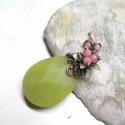 Tavasz: Almazöld - rózsaszín jáde medál + ajándék füli , Ékszer, óra, Medál, Nyaklánc, Fülbevaló, Fémmegmunkálás, Ékszerkészítés, Egy hatalmas, almazöld jáde követ foglaltam be vörösrézzel, majd halvány rózsaszín gyöngyökkel dísz..., Meska