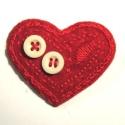 Szív kitűző gombokkal, Ékszer, óra, Bross, kitűző, Varrás, Hímzés, Szeretem a piros színt, mert élénk és sugárzó. Vettem egy darab piros gyapjúfilc csíkot és kiemeltem..., Meska