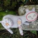 Virágos cica, Baba-mama-gyerek, Játék, Dekoráció, Plüssállat, rongyjáték, Baba-és bábkészítés, Varrás, Ez a cica egy 27 cm hosszú kb. 17 cm magas puha textilfigura. Lábai fa gombbal lettek felvarrva, íg..., Meska