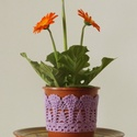 Orgonalila színű horgolt cserépcsipke, Dekoráció, Otthon, lakberendezés, Dísz, Kaspó, virágtartó, váza, korsó, cserép, Horgolás, Kézzel horgolt csipke dísz 12 cm átmérőjű cserépre. A csipke szélessége 7 cm. A virág és a cserép t..., Meska