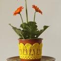 Sárga színű horgolt cserépcsipke, Dekoráció, Otthon, lakberendezés, Dísz, Kaspó, virágtartó, váza, korsó, cserép, Horgolás, Kézzel horgolt csipke dísz 12 cm átmérőjű cserépre. A csipke szélessége 7 cm. A virág és a cserép t..., Meska