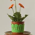 Zöld színű horgolt cserépcsipke, Dekoráció, Otthon, lakberendezés, Dísz, Kaspó, virágtartó, váza, korsó, cserép, Horgolás, Kézzel horgolt csipke dísz 12 cm átmérőjű cserépre. A csipke szélessége 7 cm. A virág és a cserép t..., Meska