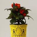Sárga színű horgolt cserépcsipke, Dekoráció, Otthon, lakberendezés, Dísz, Kaspó, virágtartó, váza, korsó, cserép, Horgolás, Kézzel horgolt csipke dísz 12 cm átmérőjű cserépre. A csipke szélessége 9 cm. A virág és a cserép t..., Meska