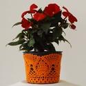 Sárgarépa színű horgolt cserépcsipke, Dekoráció, Otthon, lakberendezés, Dísz, Kaspó, virágtartó, váza, korsó, cserép, Horgolás, Kézzel horgolt csipke dísz 12 cm átmérőjű cserépre. A csipke szélessége 9 cm. A virág és a cserép t..., Meska