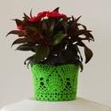 Zöld színű horgolt cserépcsipke, Dekoráció, Otthon, lakberendezés, Dísz, Kaspó, virágtartó, váza, korsó, cserép, Horgolás, Kézzel horgolt csipke dísz 12 cm átmérőjű cserépre. A csipke szélessége 9 cm. A virág és a cserép t..., Meska
