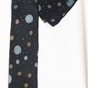 Sötétkék, pasztell színekkel pöttyözött férfi nyakkendő, díszzsebkendővel, Férfiaknak, Ruha, divat, cipő, Férfi ruha, Varrás, Selyemfestés, Egyedi tervezésű, kiváló minőségű anyagból és speciális (viaszbatik) festési technikával készült, k..., Meska