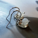 Holdkő ezüst fülbevaló , Ékszer, óra, Fülbevaló, Ékszerkészítés, Fémmegmunkálás, Fülbevaló holdkő gyöngyökből, kalapált, domborított Sterling ezüst koronggal és alkatrészekkel. Az ..., Meska