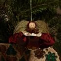 Bordó szoknyás, ánizs galléros baba, Dekoráció, Karácsonyi, adventi apróságok, Karácsonyfadísz, Ajándékkísérő, képeslap, Varrás, Mindenmás,  Ajándékkísérőnek is nagyon mutatós vagy cserepes virágra is akasztható. Szoknyáját bordó és krémsz..., Meska