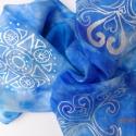 Életöröm selyemsál, Ruha, divat, cipő, Kendő, sál, sapka, kesztyű, Sál, Selyemfestés, anyaga: 100% selyem mérete: 40*150 cm Gyönyörű kék árnyalatú selyemsál. Két szimbólum motívumot raj..., Meska