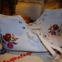 Kalocsai mintás tornacsuka, tornacipő (39), Ruha, divat, cipő, Cipő, papucs, Festett tárgyak, Kalocsai motívummal díszített, divatos, vékony talpú tornacipő.  Magas hőfokon fixálható festékkel k..., Meska