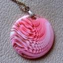 Rózsaszín medál , Ékszer, óra, Nyaklánc, Nagyon egyszerű, de elegáns műanyag nyári medál fehér mintával. 40 cm hosszú lánc, műanyag medál ..., Meska