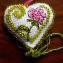 Kétoldalú hímzett gyöngyös szív alakú dísz, Dekoráció, Ünnepi dekoráció, Apró ajándék a szeretett személynek Keresztszemes hímzés, gyöngyhímzés. , Meska