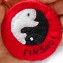 Fin shui hímzett filc bross, Ékszer, óra, Bross, kitűző, Mondd el halakkal! FIN Shui bross Az ellentétek egysége két kis hallal kifejezve. Pont mint a Feng S..., Meska