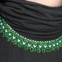 Zöld gyöngynyaklánc csinos fodrokkal, Ékszer, óra, Nyaklánc, Szép gyöngynyaklánc sötétzöld, élénkzöld és fehér csillogó gyöngyökből és üvegkristályokból. A csino..., Meska