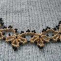 Arany és fekete csipkehatású gyöngyszövött nyaklánc , Ékszer, óra, Nyaklánc, Ez az egyedi, régies ihletésű csipkehatású nyaklánc gyöngyszövési technikával készült fekete és aran..., Meska