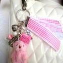 Rózsaszín maci és a keksz - ezüst színű táskadísz/kulcstartó, Mindenmás, Kulcstartó, Gyurma, Ékszerkészítés, Egy aprócska rózsaszín plüss macit (4,5 cm) használtam fel ennek a táskadísznek (vagy akár kulcstar..., Meska