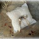 Fehér gyűrűpárna, Esküvő, Gyűrűpárna, Varrás, A szolid és hagyományos esküvők megfelelő kiegészítője lehet ez a visszafogott fehér gyűrűpárna.  A..., Meska