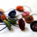 3 filc hajgumi -  piros lila barna, Ruha, divat, cipő, Hajbavaló, Hajgumi, Varrás, Tavaszi, nyári vidám hajgumikat készítettem. Filc körök, gyöngy, olvasztott üvegpöttyök, hímzőfonál..., Meska