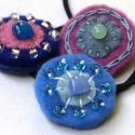 3 filc hajgumi -  kék lila mályva, Ruha, divat, cipő, Hajbavaló, Hajgumi, Varrás, Tavaszi, nyári vidám hajgumikat készítettem. Filc körök, gyöngy, olvasztott üvegpöttyök, hímzőfonál..., Meska