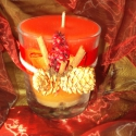 AKCIÓS!!!      Fahéjas-szegfűszeges üvegpoharas gyertya , Dekoráció, Otthon, lakberendezés, Gyertya, mécses, gyertyatartó, Dísz, Gyertya-, mécseskészítés, Kívülről az üvegpoharat piros és ezüst szalaggal, tobozzal, piros szárított terméssel fahéjjal és s..., Meska