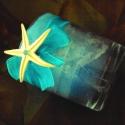 Tengerkék üvegpoharas gyertya, Otthon, lakberendezés, Dekoráció, Gyertya, mécses, gyertyatartó, Dísz, Gyertya-, mécseskészítés, Kívülről az üvegpoharat kék szalaggal, tengeri csillaggal, fátyollevéllel és kásagyönggyel ékesítet..., Meska