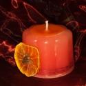 Süteményke gyertya, Otthon, lakberendezés, Dekoráció, Gyertya, mécses, gyertyatartó, Ünnepi dekoráció, Gyertya-, mécseskészítés, Kívülről piros zsineggel, saját készítésű szárított mandarin karikával és szegfűszeggel ékesítettem..., Meska
