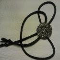 Nyakdísz 1, Ékszer, óra, Férfiaknak, Nyaklánc, Nyakkendő helyett alkalmazható nyakdísz,mely zsinóron helyezkedik el.Ezüstözött , 4 cm-es verettel,m..., Meska