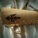 Vésett, festett alkarvédő- SteixnerArt , Ékszer, óra, Játék, Képzőművészet , Egyedi csontozott, fűzött,festett,varrott, kötős záródású alkarvédő!  Anyaga: növényi cserzett natúr..., Meska