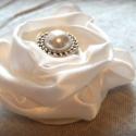 Vintage antikolt kitűző, Esküvő, Ruha, divat, cipő, Hajdísz, ruhadísz, Virágkötés, Mindenmás, Vintage stílusú, fehér szatén rózsából készült kitűző. Közepén egy 2 cm átmérőjű antikolt gyöngybro..., Meska