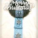 Jégezüst kopogtató, Otthon, lakberendezés, Dekoráció, Karácsonyi, adventi apróságok, Karácsonyi dekoráció, Virágkötés, Kötés, Szürke kötött koszorúalapon jégezüst felirat, és jégkék szalag ezüst csillagokkal díszítve. Örök da..., Meska