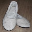 Hímzett mintás szobacipő, Ruha, divat, cipő, Cipő, papucs, Varrás, Hímzett mintás szobacipő. Belső talphossza 24,2 cm Talpa négy rétegű: bélés, vlies, termo, strapabír..., Meska