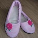 Rózsaszín szobacipő, Ruha, divat, cipő, Cipő, papucs, Varrás, Rózsaszín anyagból készült puhatalpú cipő, horgolt virággal díszítve. Belső talphossza 24 cm. Talpa ..., Meska