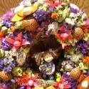 ajtódísz- virágot a virágnak, Otthon, lakberendezés, Dekoráció, Falikép, Dísz, Virágkötés, Szalmaalapra készítettem ezt a vidám ajtódíszt, kopogtatót. A közepén egy virágot tartó bájos kis k..., Meska