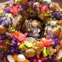 ajtódísz- virágot a virágnak, Otthon, lakberendezés, Dekoráció, Falikép, Dísz, Virágkötés, Szalmaalapra készítettem ezt a vidám ajtódíszt, kopogtatót. A közepén egy virágot tartó bájos kis ke..., Meska