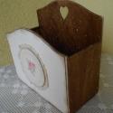 Romantikus tároló , Otthon, lakberendezés, Dekoráció, Tárolóeszköz, Doboz, Decoupage, szalvétatechnika, Romantikus stílusú, fa tároló dobozt készítettem. Pácolva, festve, szalvétával, csipkével díszített..., Meska