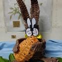 Sanyi  nyuszi tojással, Dekoráció, Otthon, lakberendezés, Húsvéti apróságok, Fonás (csuhé, gyékény, stb.), Virágkötés, Sanyi nyuszi papírból font nyuszó.. festve..lakkozva..  mancsaiban egy fonott tojást tart..   Karcs..., Meska