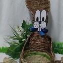 Godzi nyuszi, Dekoráció, Otthon, lakberendezés, Húsvéti apróságok, Fonás (csuhé, gyékény, stb.), Újrahasznosított alapanyagból készült termékek, Godzi nyuszi papírból font nyuszó..  festve..lakkozva..  mancsaiban egy kosarat tart..   Karcsi nyu..., Meska