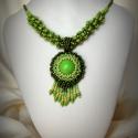 Zöld gyöngyfűzött nyaklánc medállal, Ékszer, óra, Medál, Nyaklánc, Ékszerszett, Ékszerkészítés, Gyöngyfűzés, Egyedi, saját tervezésű, különleges formavilágú, dekoratív gyöngyfűzött nyaklánc medállal, a zöld kü..., Meska