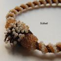 Beige / arany / barna gyöngyfűzött nyakék, Ékszer, óra, Nyaklánc, Medál, Ékszerszett, Ékszerkészítés, Gyöngyfűzés, Egyedi, saját tervezésű, különleges formavilágú, dekoratív gyöngyfűzött nyakék.  Láncrész: - hosszú..., Meska