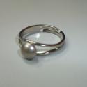 Gyűrű pici swarovski gyönggyel üveggel!, Ékszer, óra, Ékszerszett, Nyaklánc, Gyűrű, Ékszerkészítés, Üvegművészet, Pici Swarovski lapos gyöngy csücsül a gyűrűn!  Ezüst színű alapon van ami állítható.  színe: Crysta..., Meska
