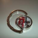 London piros telefon fülkés táska akasztó!, Táska, Ékszer, óra, Ékszerkészítés, Üvegművészet, London piros telefon fülkés táska akasztó!  Üveglencsés táskatartó London-os képpel.  3-4. képen lá..., Meska