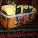 Rózsába borulva 2., Dekoráció, Otthon, lakberendezés, Kaspó, virágtartó, váza, korsó, cserép, Decoupage, szalvétatechnika, Egy asztali díszt készítettem el minőségi művirágokból.  A tárolót én festettem, díszítettem. Belül..., Meska
