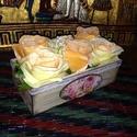 Rózsába borulva 4., Dekoráció, Otthon, lakberendezés, Kaspó, virágtartó, váza, korsó, cserép, Decoupage, szalvétatechnika, Egy másik asztali díszt is készítettem minőségi műanayag virágokból. A dobozt barna lazúrrel kezelt..., Meska