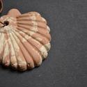 Agyag kagyló medál, Ékszer, óra, Medál, Kerámia, A kagyló formájú medál fehér és sárga agyagból készült, natúr, kb. 4x5 cm nagyságú, világos barna l..., Meska
