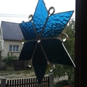 Kék jégcsillag Tiffany ablakdísz, Dekoráció, Otthon, lakberendezés, Karácsonyi, adventi apróságok, Dísz, Üvegművészet, Az ablakdísz mérete kb. 22 cm átmérőjű. Kék fényáteresztő üvegből, és sárgás színű üveggyöngygyökbő..., Meska