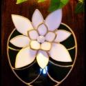 Lótuszvirágos tiffany füstölő és mécsestartó, Otthon, lakberendezés, Dekoráció, Karácsonyi, adventi apróságok, Gyertya, mécses, gyertyatartó, Mindenmás, Üvegművészet, Elegáns és szépséges tündérrózsa hófehér szirmokkal, mély zöld színű üveg-levélen arany szélekkel. ..., Meska